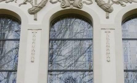 Zabytkowe witraże w rektoracie zostały zabezpieczone odpowiednia folią