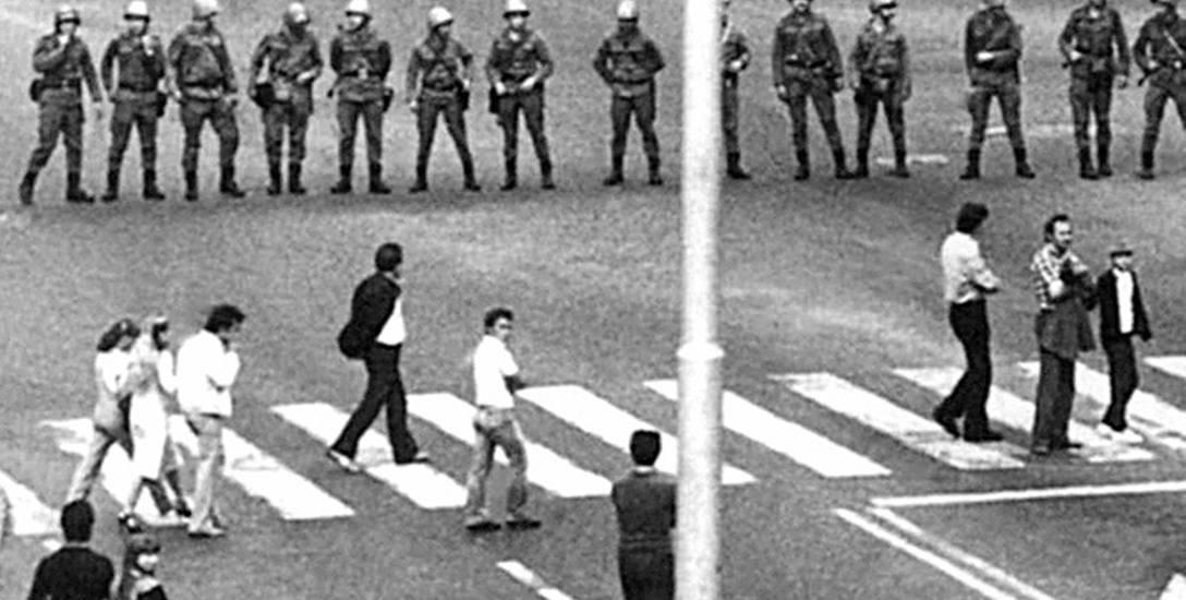 31 sierpnia 1982 r., Koszalin. Oddziały ZOMO pacyfikują patriotyczną manifestację. Ofiary represji mogą teraz liczyć na większą pomoc