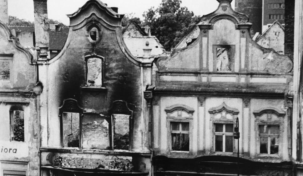Wypalone kamienice w Rynku w 1945 roku. To był ostatni okres, kiedy w Opolu płonęło wiele budynków