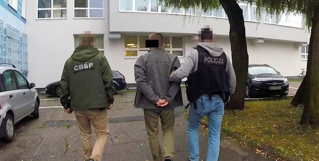 Tak wyglądało zatrzymanie przestępców, którzy w latach 2013-2019 oszukali co najmniej 39 osób na prawie 28 mln zł. Postawiono im m.in. zarzut wyzysku