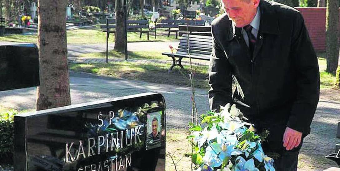 Ojciec  Sebastiana Karpiniuka, Marek Karpiniuk (radny PO w latach 2010 - 2014) przy grobie syna w piątą rocznicę katastrofy.  Zmarł rok później.