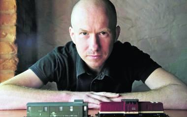 Piotr Milewski spędził w Japonii w sumie 9 lat. Oprócz pisania książek współpracuje z polskimi i japońskimi czasopismami oraz z prasą polonijną.