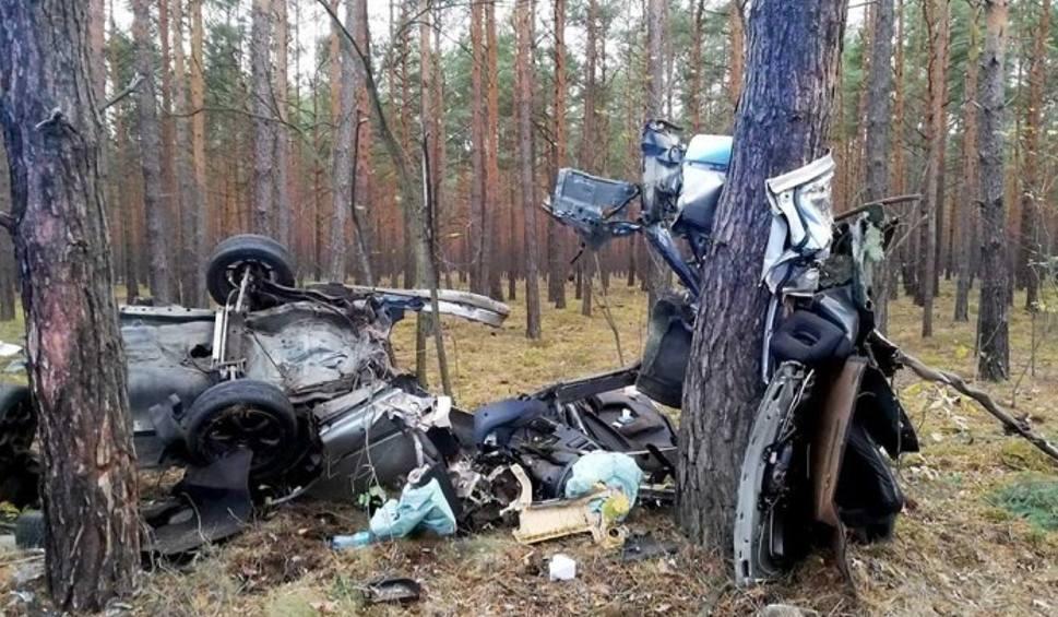 Film do artykułu: Śmiertelny wypadek na trasie Biecz-Lubsko. Zginął 20-latek. Honda, którą prowadził rozpadła się na dwie części [ZDJĘCIA]