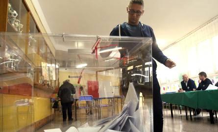Państwowa Komisja Wyborcza informuje, że kandydatem do pracy w komisji może być osoba, która jest ujęta w stałym rejestrze wyborców w województwie, w