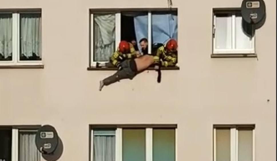 Film do artykułu: Zabarykadował się, a później zaczął uciekać z trzeciego piętra po linie. Brawurowa akcja służb. Mamy nagranie wideo (wideo, zdjęcia)