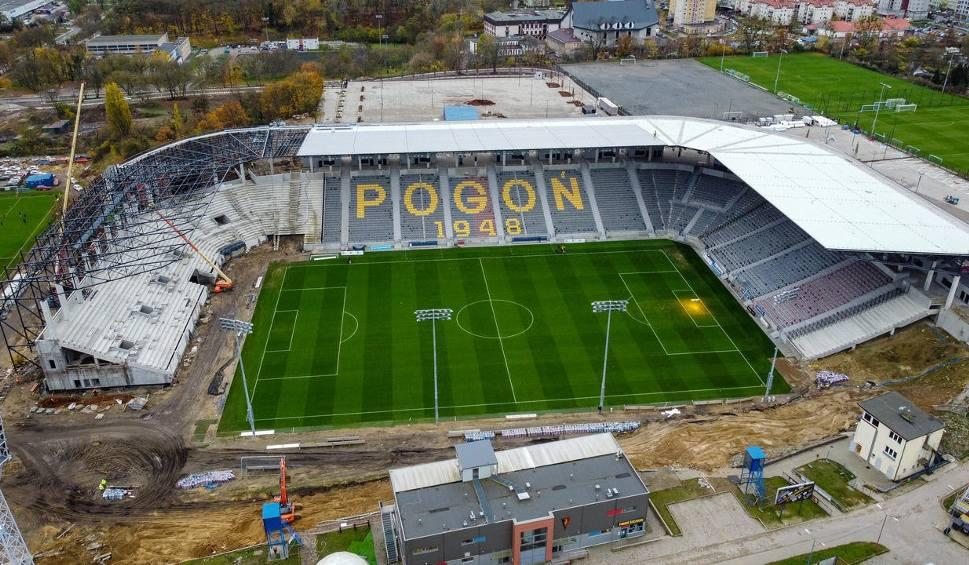 Film do artykułu: Stadion Pogoni Szczecin z drona. Jest konstrukcja dachu trybuny wschodniej. Zdjęcia i wideo z drona - 20.11.2020