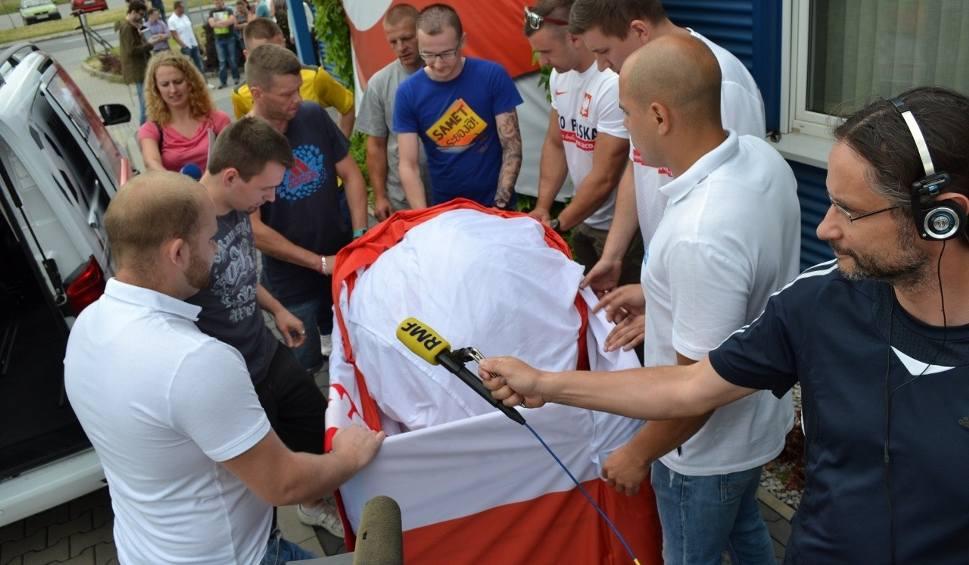 Film do artykułu: Gigantyczna flaga Polski na Euro 2016 wyjechała na mecz Polska - Portugalia [ZDJĘCIA]