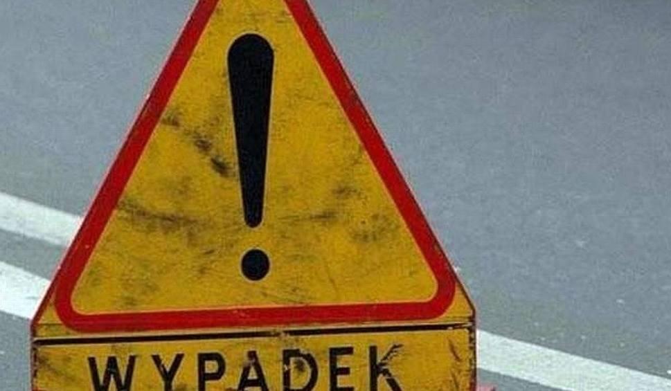 Film do artykułu: Wypadek w gminie Chynów. Samochód osobowy zderzył się z ciągnikiem, ranna jedna osoba