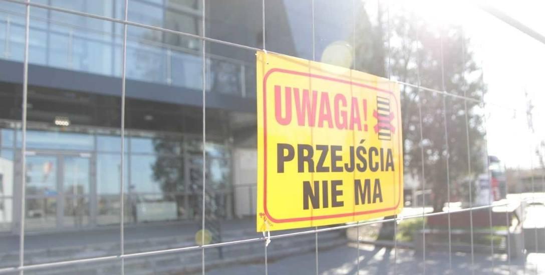 Przebudowana hala OSiR we Włocławku wciąż odgrodzona barierkami. Kiedy to się zmieni?