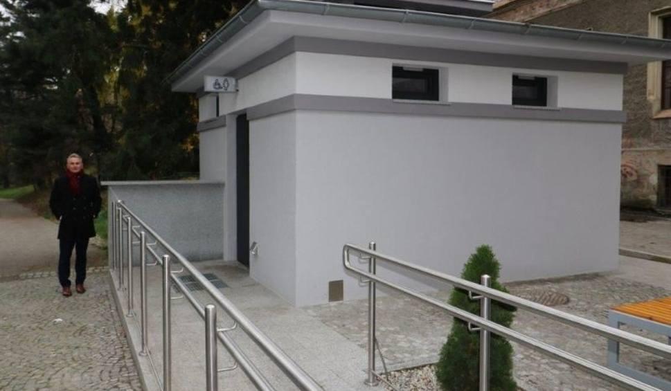 Film do artykułu: W Brzegu wyremontowano miejskie toalety. Inwestycje w sanitariaty pochłonęły 1,3 mln złotych
