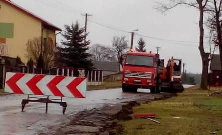 Firma Budromost ze Starachowic zaczęła pierwsze prace przy modernizacji odcinka drogi w Kopcu koło Kazanowa.