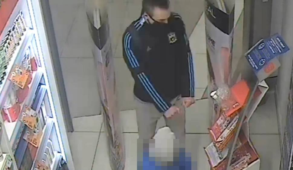 Film do artykułu: Bydgoszcz. Okradziono sklep w Zielonych Arkadach. Policja poszukuje mężczyzny, który może mieć z tym związek [wideo]