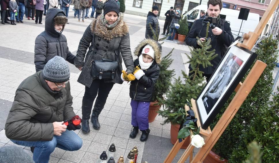Film do artykułu: Pożegnanie Pawła Adamowicza w Rybniku na rynku ZDJĘCIA Mieszkańcy chcieli symbolicznie wziąć udział w pogrzebie prezydenta Gdańska