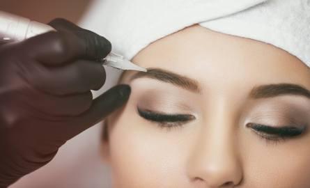 Czy zabieg jest bardzo bolesny? Czy trzeba usunąć brwi? Po co makijaż próbny? Obalamy mity, które narosły wokół makijażu permanentnego.