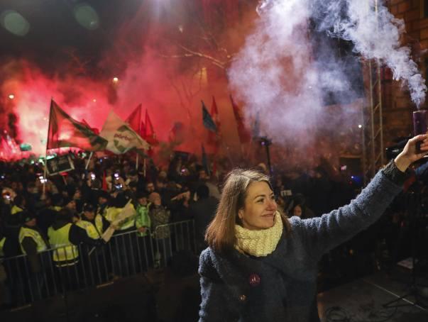 """Węgry: """"Ustawa niewolnicza"""" przelała czarę goryczy, protesty w Budapeszcie [ZDJĘCIA] Politycy opozycji usunięci siłą z budynku telewizji"""