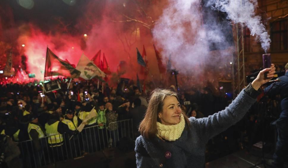 """Film do artykułu: Węgry: """"Ustawa niewolnicza"""" przelała czarę goryczy, protesty w Budapeszcie [ZDJĘCIA] Politycy opozycji usunięci siłą z budynku telewizji"""