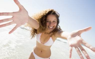 Odżywka do włosów bez spłukiwania przydaje się nie tylko na wakacjach, ale i w życiu codziennym. Jej właściwości pozwolą poskromić włosy kręcone jak