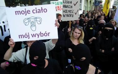 Czarny protest przeciwko ustawie antyaborcyjnej przed siedzibą PiS w Poznaniu