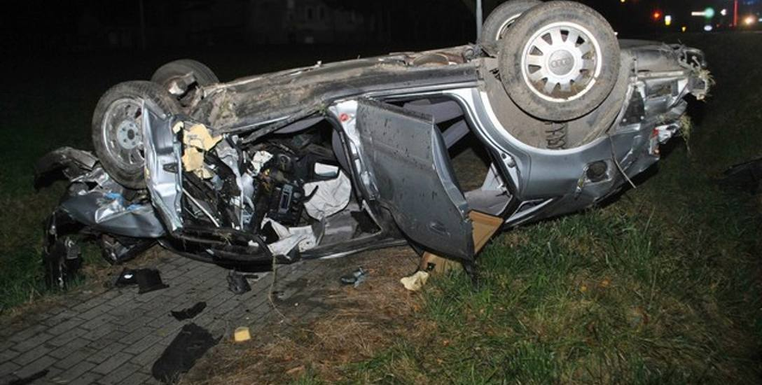 Samochód, którym jechało trzech młodych mężczyzn w wieku 19-21 lat, po gwałtownym hamowaniu zjechał z drogi, uderzył w betonowy mostek i kilkakrotnie