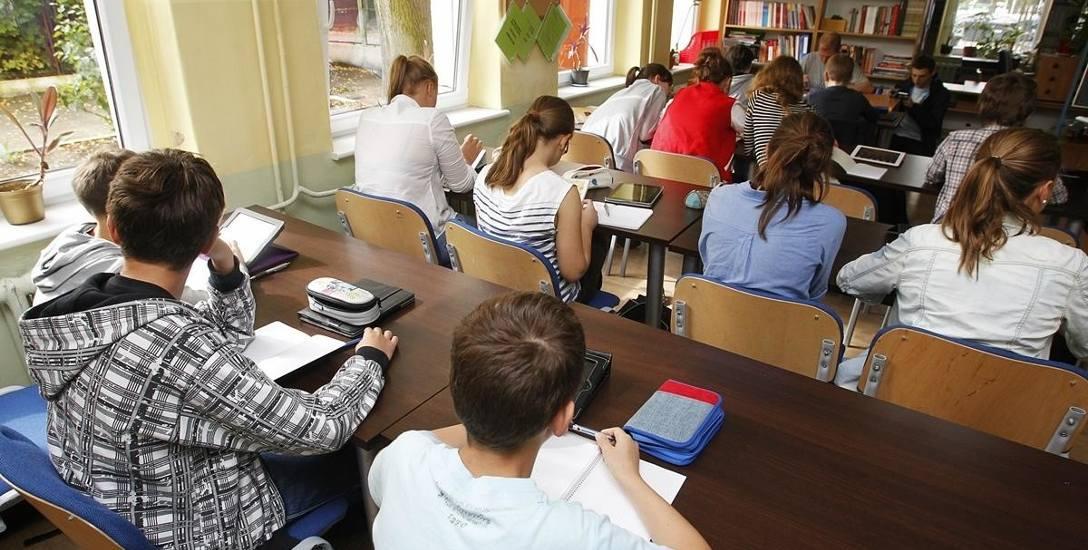 Oprócz dofinansowania 300+ uczniowie mogą się starać o dofinansowanie wyprawki szkolnej lub o zasiłki w roku szkolnym.