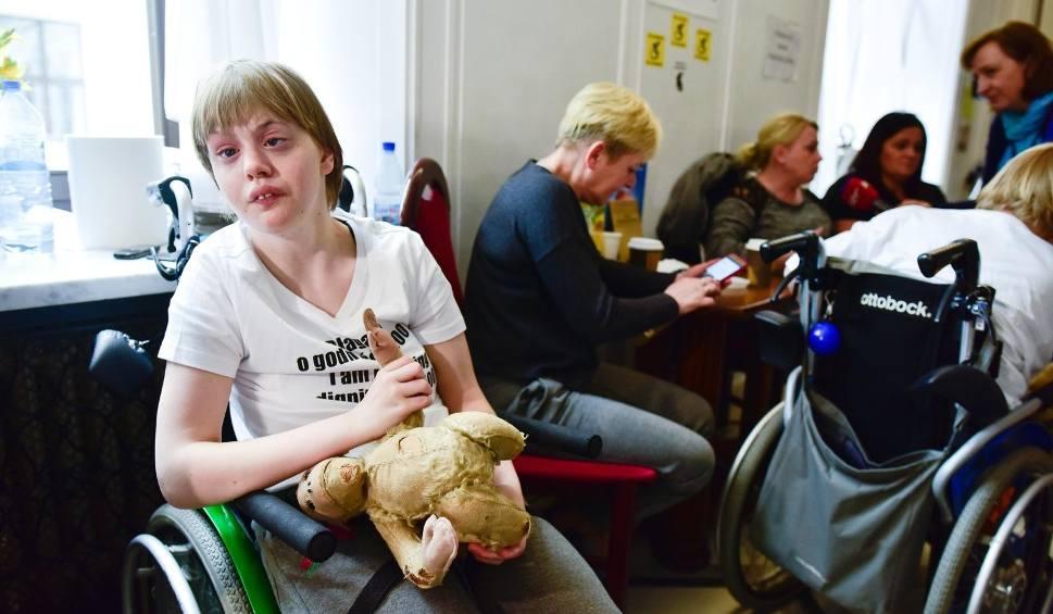"""Film do artykułu: Protest niepełnosprawnych zawieszony. """"Zawieszamy protest po 40 dniach walki, pogardy i upokorzeń ze strony rządu"""""""