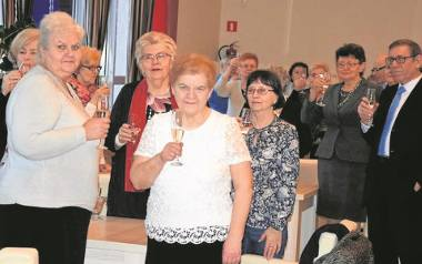 """Seniorzy wznieśli w """"Inowrocławiance"""" toast z okazji 10-lecia UTW w mieście."""
