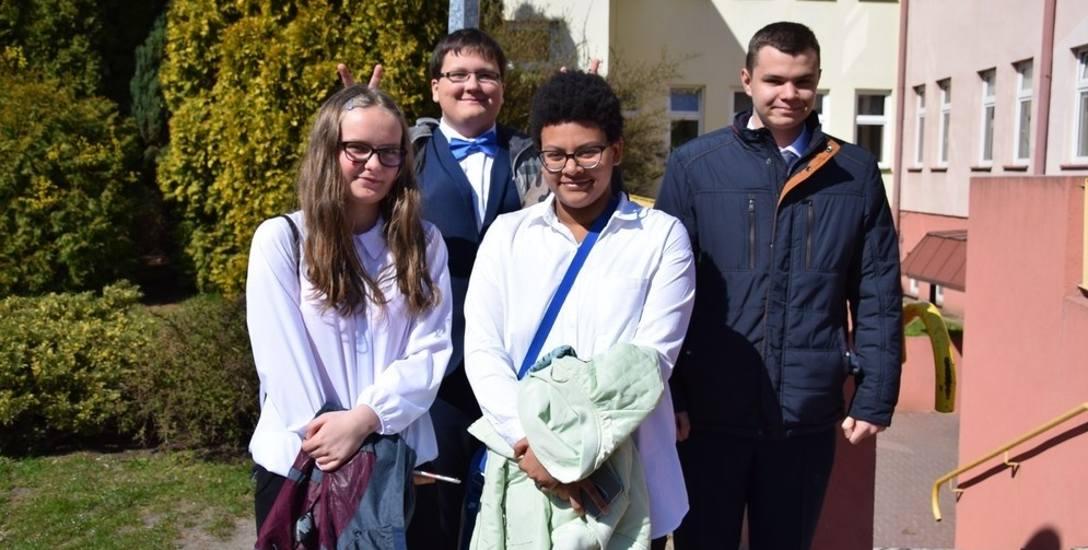 W poniedziałek, 15 kwietnia, w skierniewickich podstawówkach odbyły się egzaminy dla ósmoklasistów. Uczniowie po egzaminach wyszli ze szkoły zadowoleni