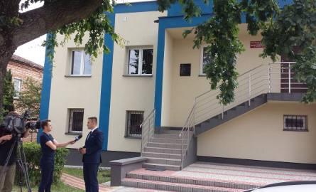 Budynek posterunku policji w Zaklikowie, nad schodami widać przymocowaną do ściany tablicę sławiąca utrwalaczy władzy