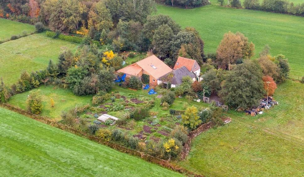 Film do artykułu: Holandia: Szokujące odkrycia na farmie w Ruinerwold. Ojciec i szóstka dzieci żyli 9 lat w piwnicy, czekając na koniec świata [WIDEO]