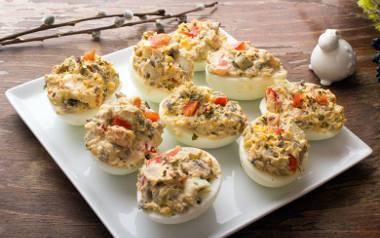 Jajka faszerowane Wielkanoc 2021. Przepisy na jajka faszerowane. Farsze do wielkanocnych jajek [PRZEPISY]