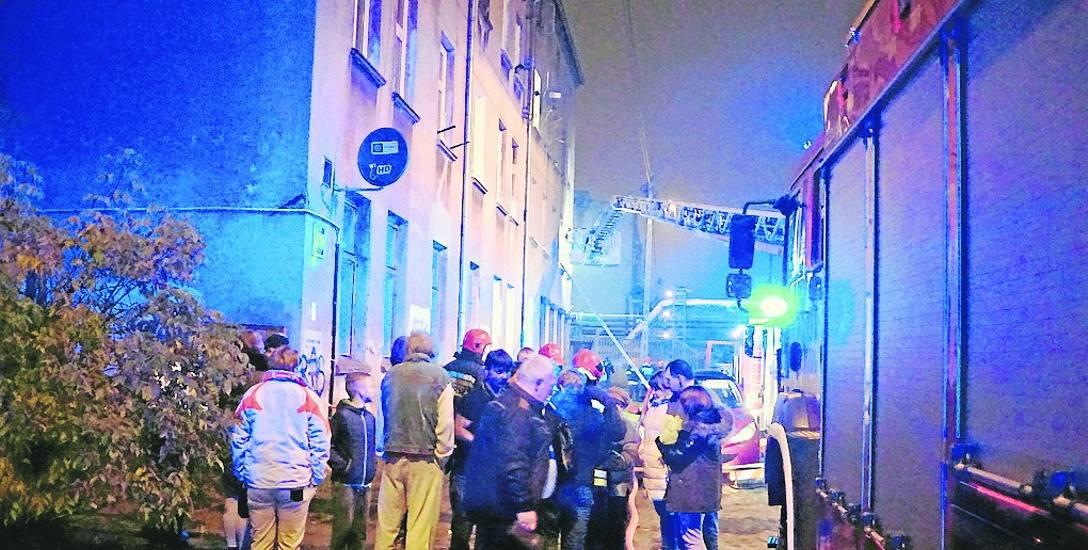 Ewakuacja kamienicy przy ul. Piasta. Strażacy wyprowadzali lokatorów m.in. po drabinie