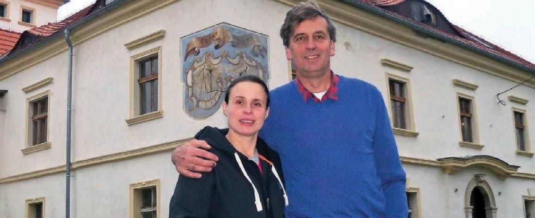 Jim i Anna Partonowie przed swoim pałacem. Dużą część prac mają już za sobą, w tym bardzo kosztowną wymianę dachu.