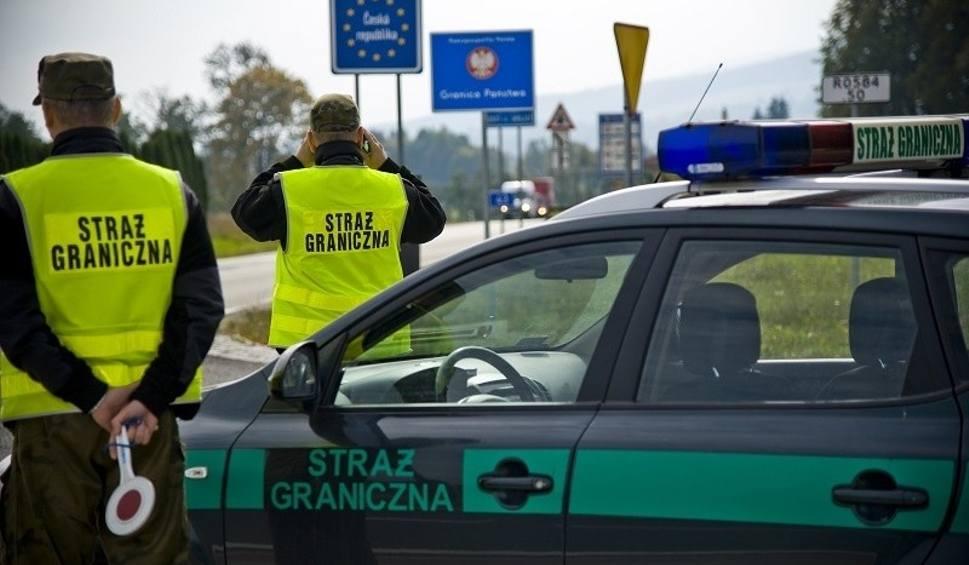 Film do artykułu: ZWIERZYN. Straż graniczna i policja zatrzymała 24-latka. Mężczyzna był poszukiwany za liczne oszustwa. Trafił prosto do więzienia
