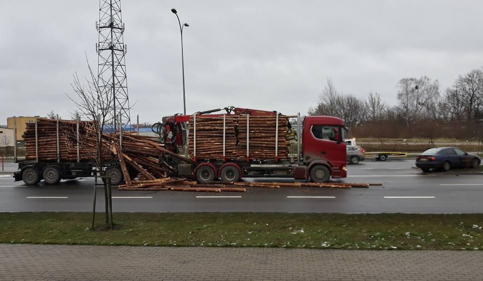 Film do artykułu: Białystok. Bele drewna spadły z ciężarówki na ul. Sosabowskiego po zderzeniu z seatem (ZDJĘCIA, WIDEO)