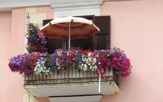 Relaks na balkonie, który jest odsłonięty, może uniemożliwić nam słońce. Wtedy warto zaopatrzyć się w parasol, który nie tylko ochroni nas przed żarem