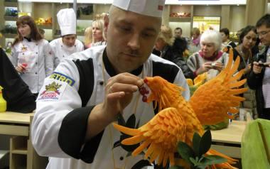 Łukasz Szewczyk rzeźbi nie tylko w owocach i warzywach, ale również w serze i syropie cukrowym. Na zdjęciu jego prace