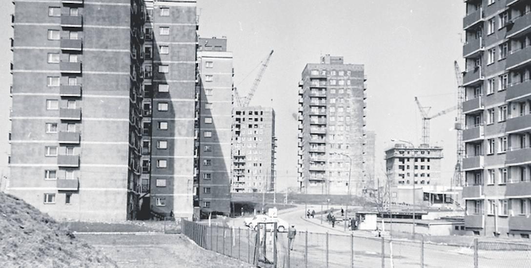 Bloki przy ul.Skalskiego na osiedlu Syberka. W oddali widać budowę bloków przy ul. 9 maja, dziś bpa Adama Śmigielskiego