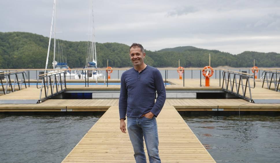 Film do artykułu: Polańczyk w Bieszczadach ma nową atrakcję turystyczną. To ekomarina z podwieszanymi basenami - raj dla żeglarzy i amatorów wodnej rekreacji
