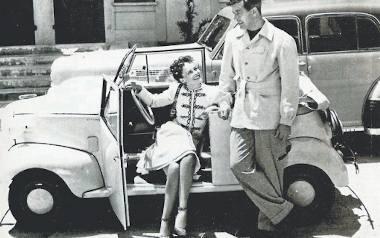 Rok 1939. Gwiazda Hollywood Paulette Goddard pozuje fotografowi w aucie Crosley, które dostała w prezencie. Czy od stojącego obok Raya Millanda, jej
