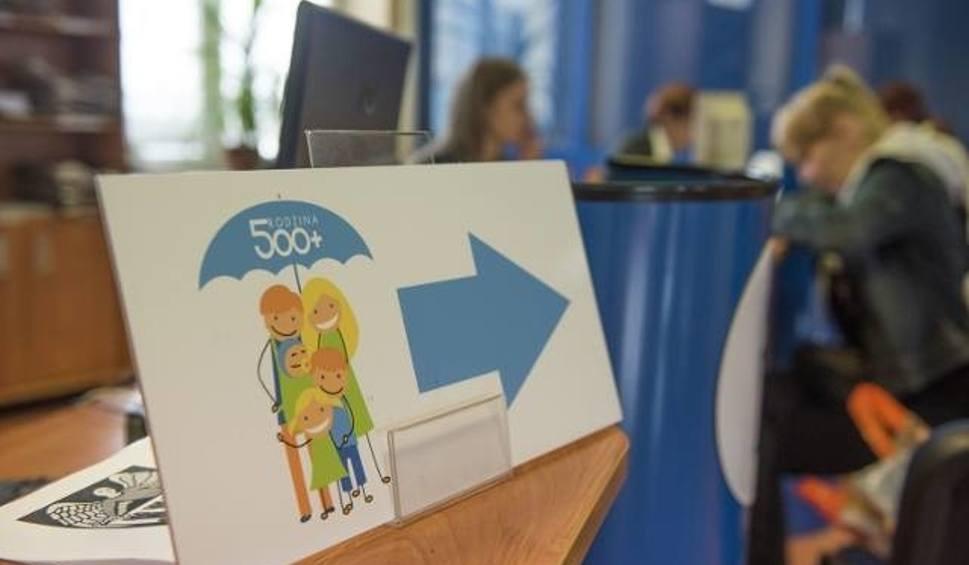 Film do artykułu: 500 plus: rząd chce odbierać świadczenia samotnym rodzicom. W jakich sytuacjach? Sprawdź, co zrobić, by nie stracić pieniędzy