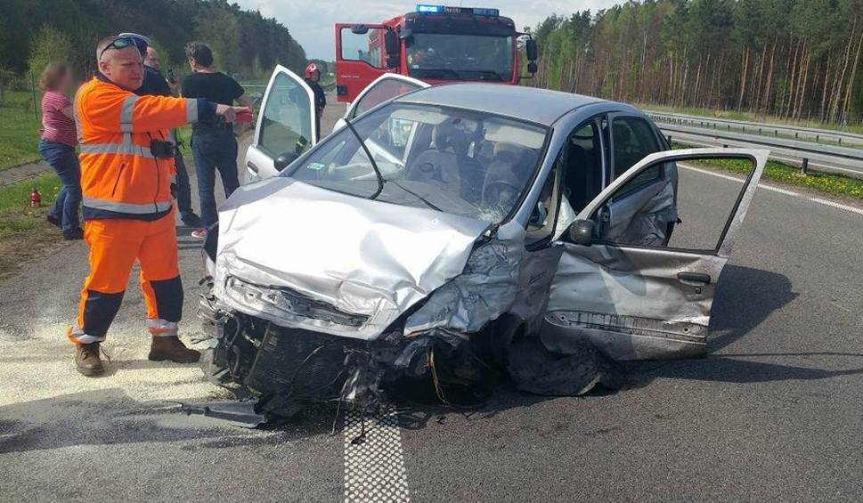 Film do artykułu: Kobieta zasnęła za kierownicą i roztrzaskała citroena o barierki na drodze ekspresowej S3 [ZDJĘCIA]