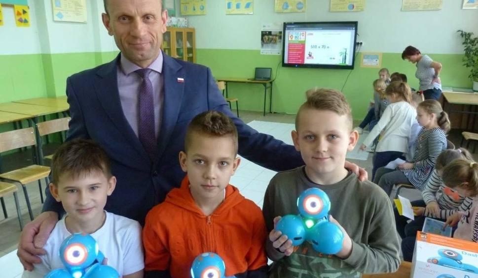 Film do artykułu: Szkoły w gminie Piekoszów już mają sprzęt edukacyjny przyszłości. Dzieci uczą się tu z robotami