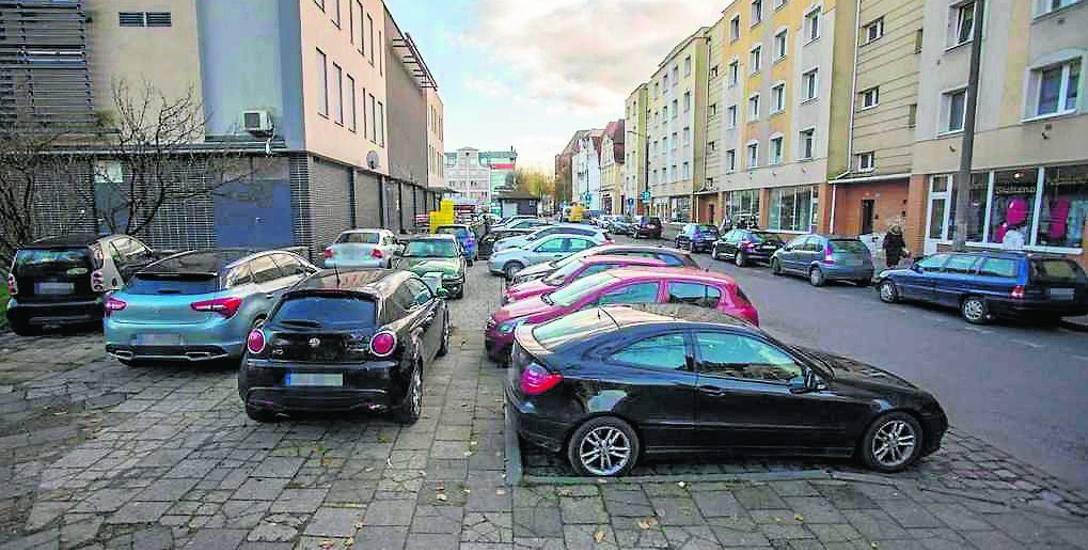 Straż miejska zapowiada, że wystąpi do Zarządu Infrastruktury Miejskiej z wnioskiem o zamontowanie słupków, które uniemożliwią kierowcom wjazd na miejski