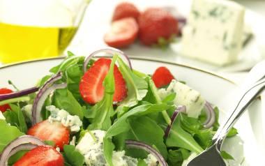 Sałatka z truskawkami i serem pleśniowym [PRZEPIS]