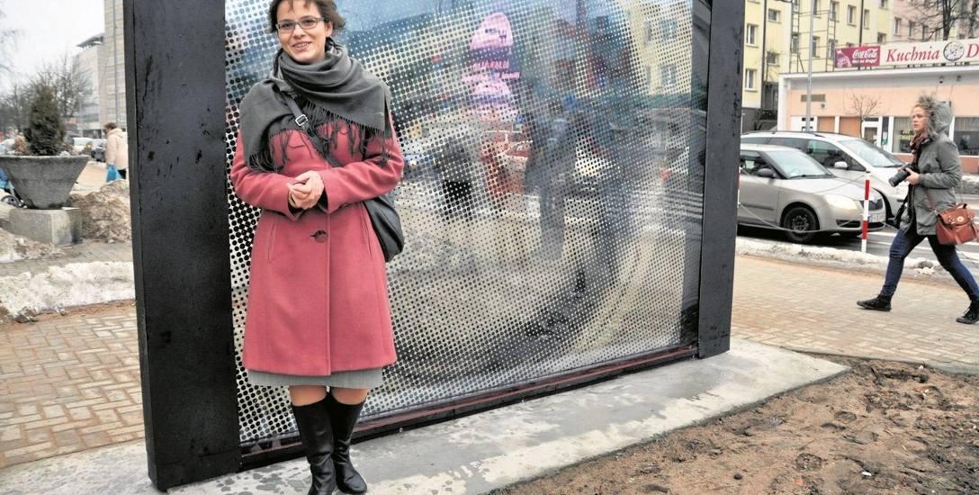 """Aleksandra Czerniawska w styczniu 2011 roku podczas oficjalnego otwarcia instalacji """"Kinooko"""". Jej praca poświęcona została Dzidze Wiertowowi (ur. 21"""