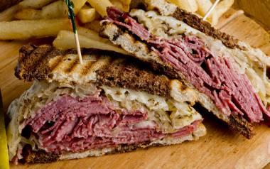 Reuben to popularny amerykański sandwicz, składający się z pastrami (specjalnie przyrządzonej wołowiny), sera szwajcarskiego, kapusty kiszonej i sosu