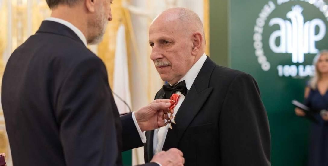 W imieniu prezydenta RP krzyż Oficerski Orderu Odrodzenia Polski wręczył mec. Włodzimierzowi Łyczywkowi Andrzej Zybertowicz