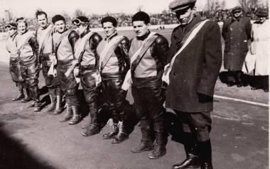 Bydgoszczanie w sezonie 1955, kiedy po raz pierwszy sięgnęli po drużynowe mistrzostwo Polski. Drugi i trzeci od prawej, w pierwszej parze, to Rajmund
