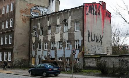 Zamalowują street art na kamienicy na Niebuszewie. Mimo, że budynek i tak będzie wyburzony [ZDJĘCIA]
