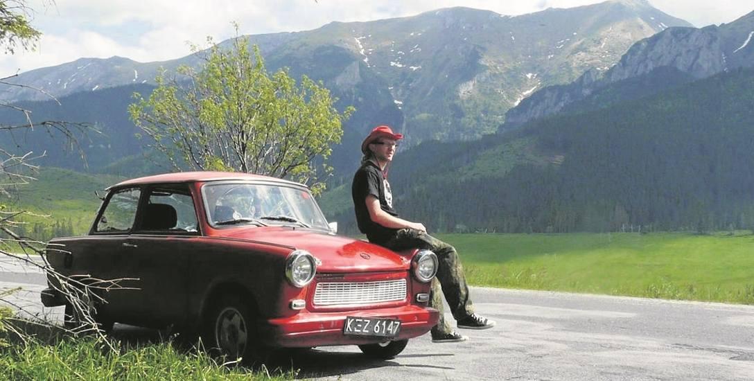 Michał Chanas - mieszka i pracuje w Pińczowie. Ma trzy wielkie miłości: trabanty, podróże i opuszczone miejsca.